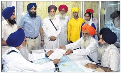 Victim Avtar Singh Gola's father Amrik Singh meets Giani Gurbachan Singh