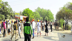 Dera followers and members of 'Ek Noor Khalsa Fauj' during a clash near Jogewala village in Ferozepur