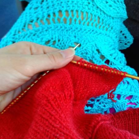 Knitting on the bus 😁, but this yarn is impossible to take good picture of. I guess the glossy silk is to blame 😒. My favourite by @tanisknits from in the background. Вяжу в автобусе - так любая дорога летит быстро. А вот эту пряжу фотографировать -одна морока, видимо шелк очень отсвечивает. В качестве фона - моя любимая кружевная шаль из хлопка, по описанию Танис Грей.