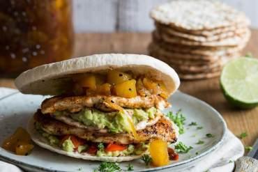 Platte kipburger met een pitabroodje | simoneskitchen.nl