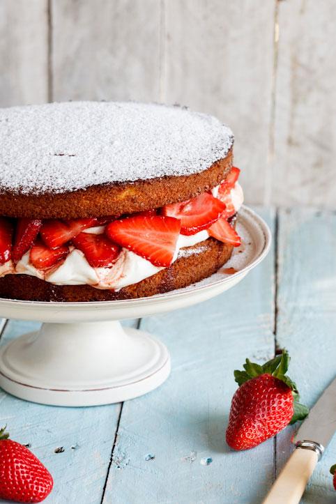 Boozy Strawberry & Cream cake