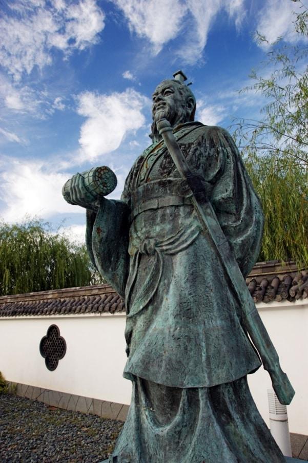 estatua de Sun Tzu, autor de El Arte de la Estrategia