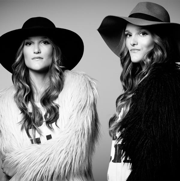 Amelia-y-Elisa-Sisterly-Style