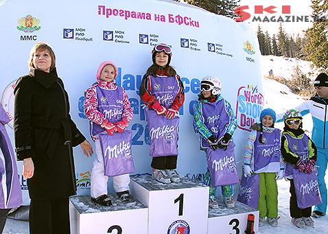 Министърът на спорта Марияна Георгиева награждава победителите. Снимки: BGLive/SkiMag