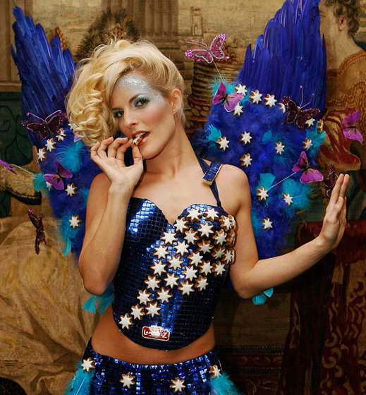 """Певицы Сэнди из популярной группы """"No Angels"""" демонстрирует яркий, красивый костюм, усеянный шоколадными звездами от Lambertz"""