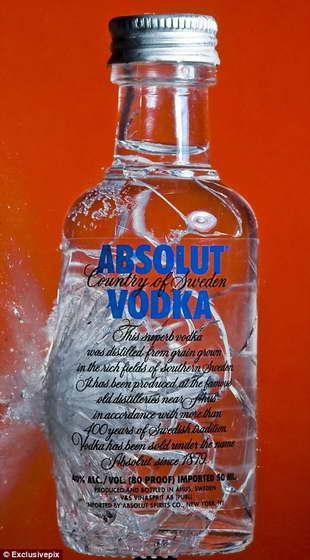 Бутылка водки становится мелкими осколками