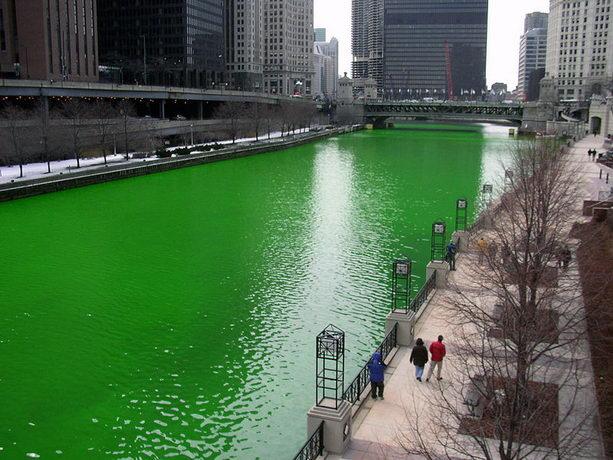 Река Чикаго в День святого Патрика