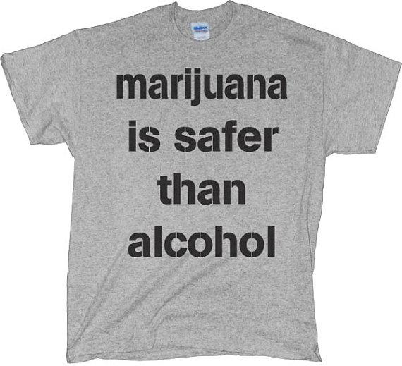 대마초가 알콜보다 더 안전하다는 문구가 적힌 티셔츠.
