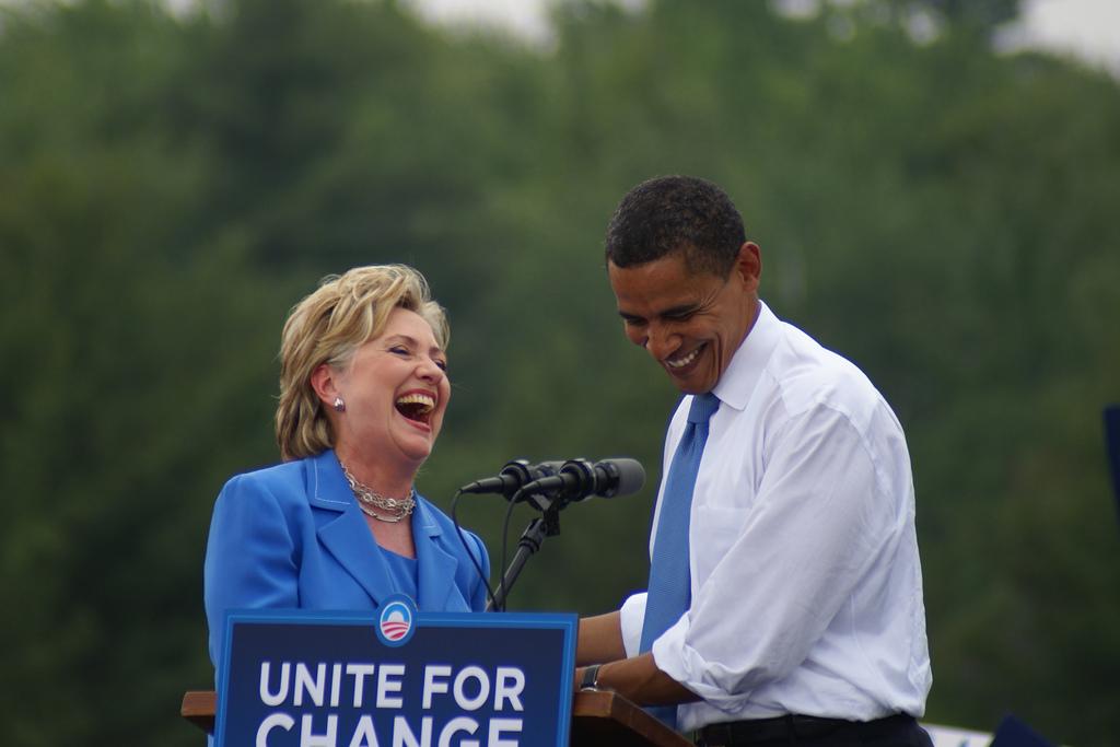 웃고 있는 힐러리와 오바마 (2008년 모습)(출처: Marc Nozell, CC BY https://flic.kr/p/4ZcybB)