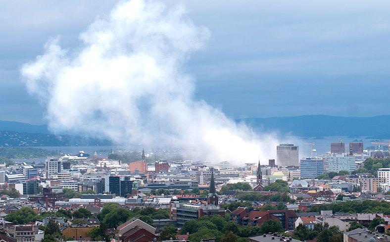 2011년 7월 오슬로 폭발 테러 30분 뒤 모습 (출처: 위키미디어 공용) https://ko.wikipedia.org/wiki/2011%EB%85%84_%EB%85%B8%EB%A5%B4%EC%9B%A8%EC%9D%B4_%ED%85%8C%EB%9F%AC#/media/File:Oslo_view_of_city.jpg