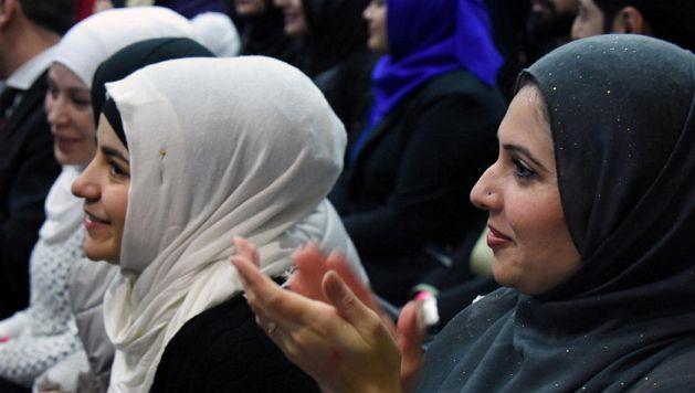 오바마의 연설에 화답하는 박수를 보내는 모슬렘 여성 (ⓒ Kenneth K. Lam / Baltimore Sun) http://www.baltimoresun.com/news/maryland/politics/bs-md-obama-mosque-visit-20160203-story.html