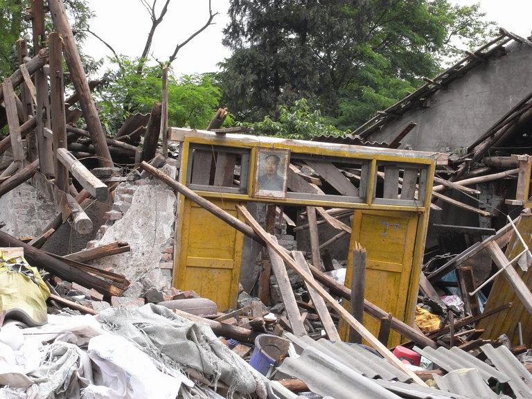 쓰촨성 대지진의 현장, 한 부서진 가옥에 걸린 '마오 주석'의 초상화.