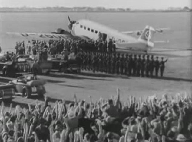 다큐멘터리 [승리의 의지]는 히틀러가 탄 비행기에서 바라본 도시의 전경과 비행기에서 내리는 히틀러에게 영광하는 군중들, 그리고 카 퍼레이드 하는 히틀러와 나치 고위 관료의 모습으로 시작한다.