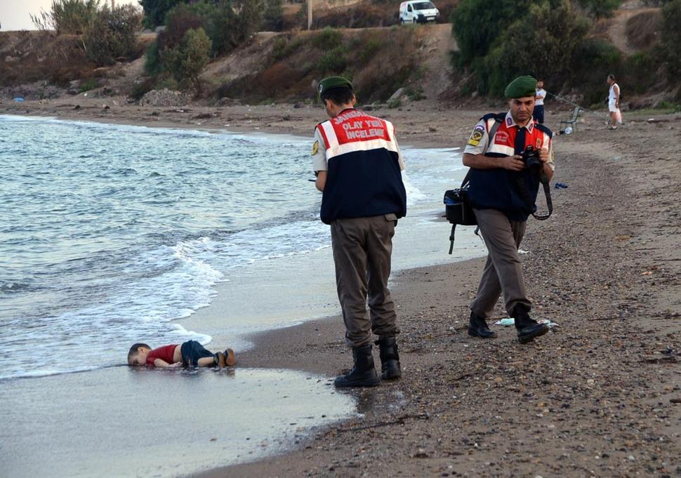 2016년 9월 2일 오전(현지 시각) 터키 휴양지 보드룸 해변에서 숨진채로 발견된 아이(에이란 쿠르디). 쿠르디는 터키 해안을 떠나 유럽으로 가려다 뒤집힌 배에 탔던 시리아 난민으로 밝혀졌다. (출처: 터키 '도안 통신')