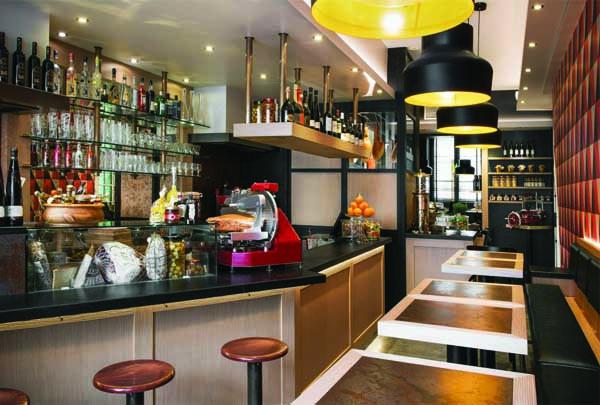 Comptoir Gourmet, le bar et une partie des tables / photo © blog.border-line.fr
