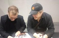 Michael Price ( à gauche) et David Arnold (à droite) compositeurs de la bande originale.