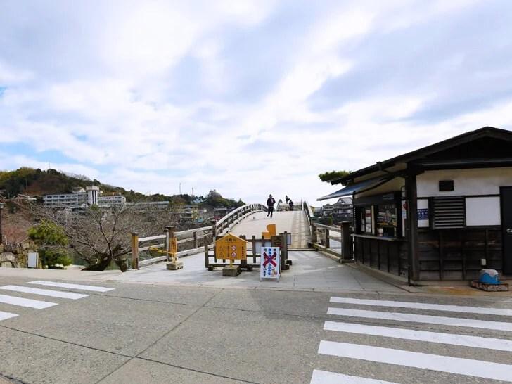 交差点の前から見える錦帯橋の写真