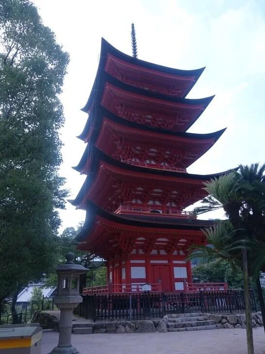 宮島にある五重塔の写真