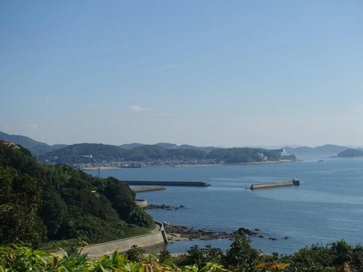 和カフェのテラス席から眺めた海の景色の写真