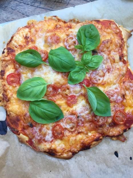 Pizza Margherita aus Dinkelteig