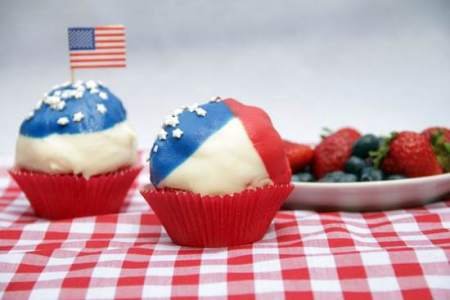 Berries & Cream Patriotic Dipped Cupcakes Recipe | SnappyGourmet.com