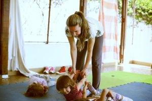 Niños aprendiondo Yoga