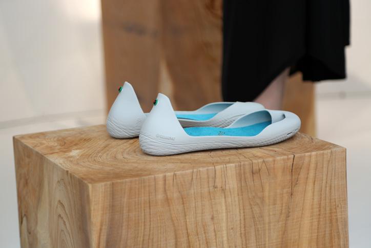 Photo03 - 靴でもサンダルでもない新発想のフットウェア「iGUANEYE」の世界第一号店が 東京・青山にオープン