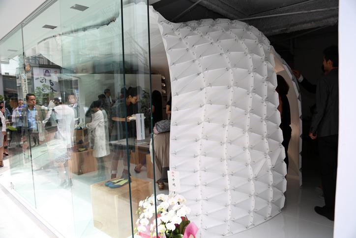 Photo06 - 靴でもサンダルでもない新発想のフットウェア「iGUANEYE」の世界第一号店が 東京・青山にオープン