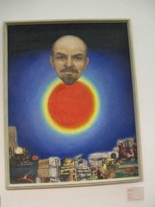 Sovjet-estisk popart. Et vennlig smilende leninhode som en rød sol på en mørkeblå himmel. Tenk at en slik framstilling av Lenin var mulig!