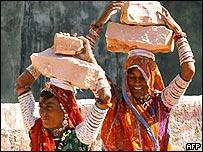 Mujeres indias cargando piedras en una cantera
