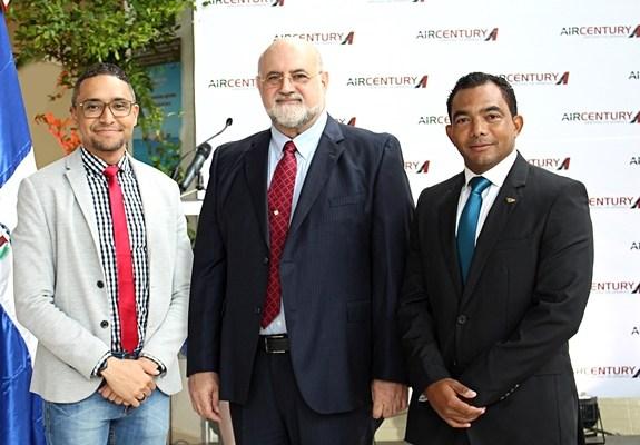Fabio Nina, director comercial  y Omar Chaín, presidente ejecutivo de Air Century, junto a Carlos Rodolí, director de operaciones del aeropuert
