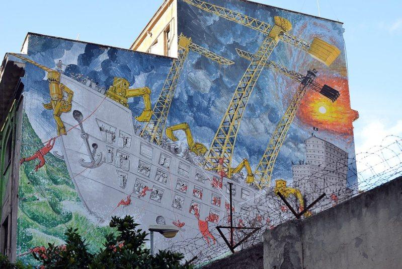 Murale di Blu sulla ex caserma delll'Aeronautica Militare all'Ostiense.