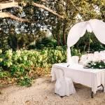 Allestimento per cerimonia nuziale nel giardino storico del castello
