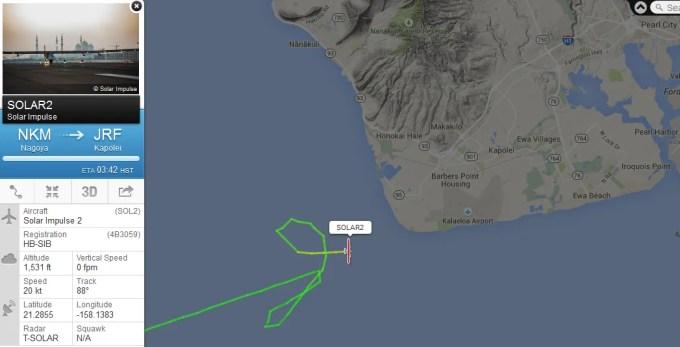 旋回して空港に着陸する時間を待つソーラーインパルス2