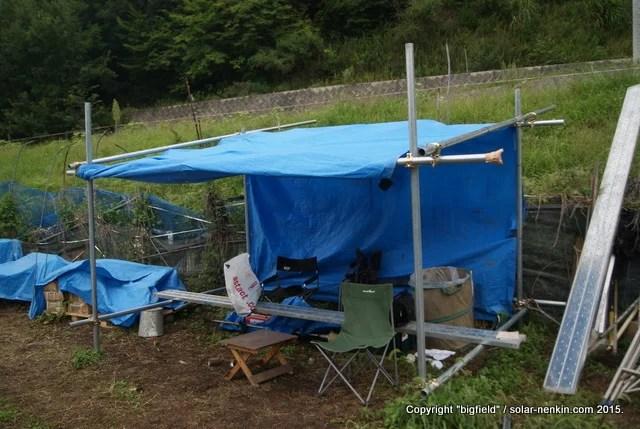 単管パイプとブルーシートで作った仮設テント