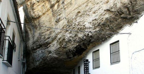 Nesta cidade espanhola, casas construídas sob imensas rochas fazem parte da paisagem