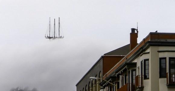 """Foto flagra uma """"caravela"""" flutuando no céu de São Francisco"""