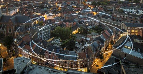 Faixas brancas pintadas em edifícios formam anéis gigantes quando observadas do ponto certo