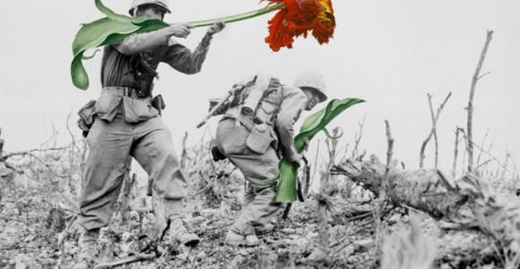 Faça arte, não faça guerra: artista troca armas por flores em fotos históricas