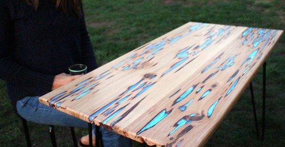 Ele aproveitou os defeitos da madeira para criar uma linda mesa fosforescente