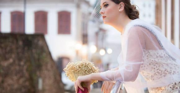 Estilista brasileira cria vestidos de noiva com sacos de cimento