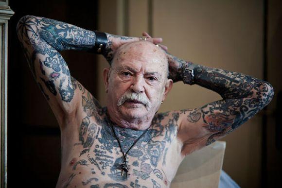 Pessoas mais velhas com tatuagem 17