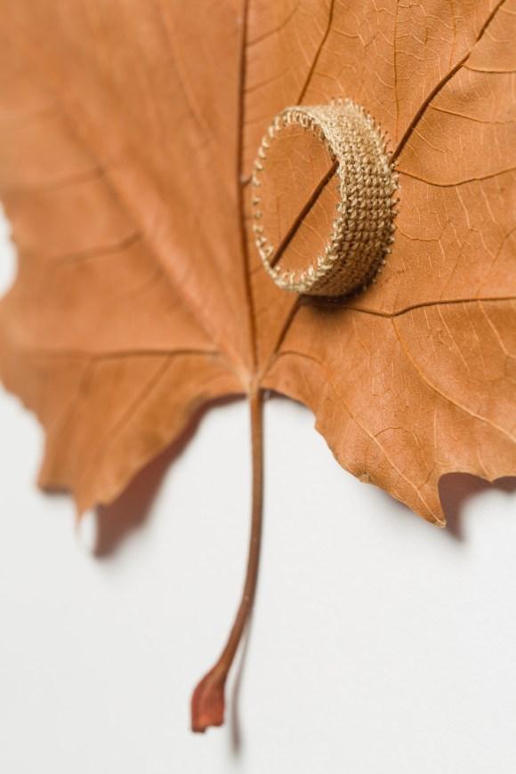 costura em folhas secas