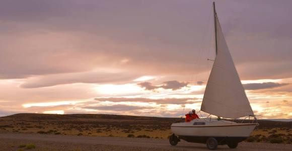 Ele atravessou o deserto da Patagônia em um veleiro sobre rodas