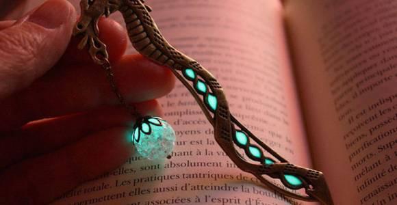 Joalheira cria marcadores de página que brilham no escuro