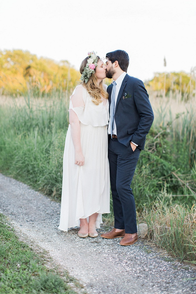 How darling is this boho vintage outdoor wedding?! We're swooning!