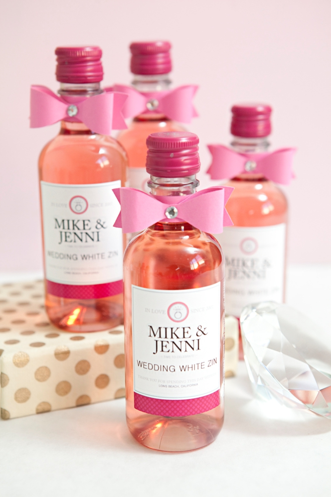 How cute are these darling pink wedding wine favors!? LOVE it and you will too!