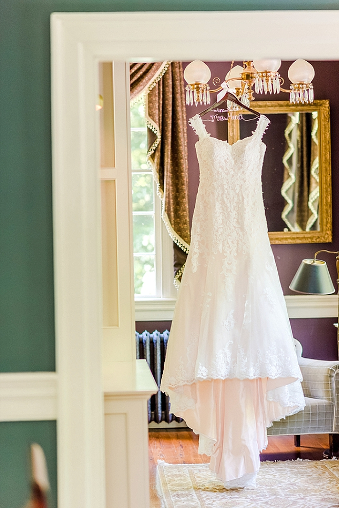 How gorgeous is this Bride's dress shot?! LOVE!