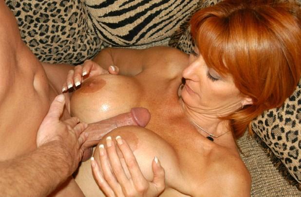 kvinnlig erotik knulla mellan brösten