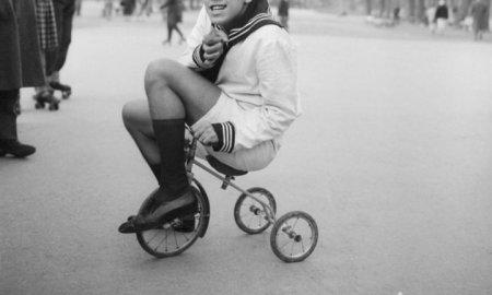 Адриано Челентано на трехколесном велосипеде, 1955 г.